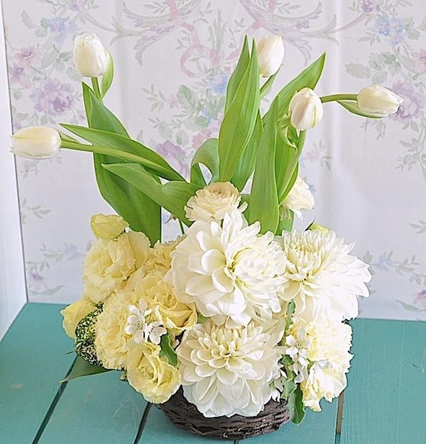 季節の花のホワイトアレンジメント