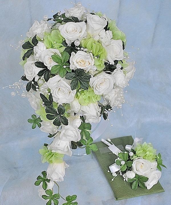 清楚な白バラの挙式用ブーケ